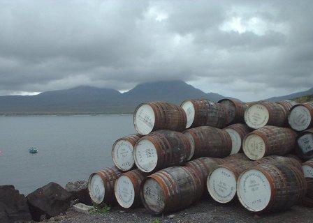 Bunnahabhain_casks_and_Paps.JPG